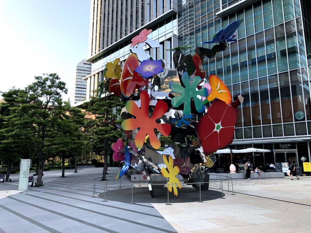 カラフルなお花の巨大アート