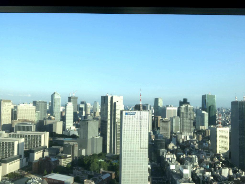 窓から景色を見ると、東京タワーや虎ノ門ヒルズ