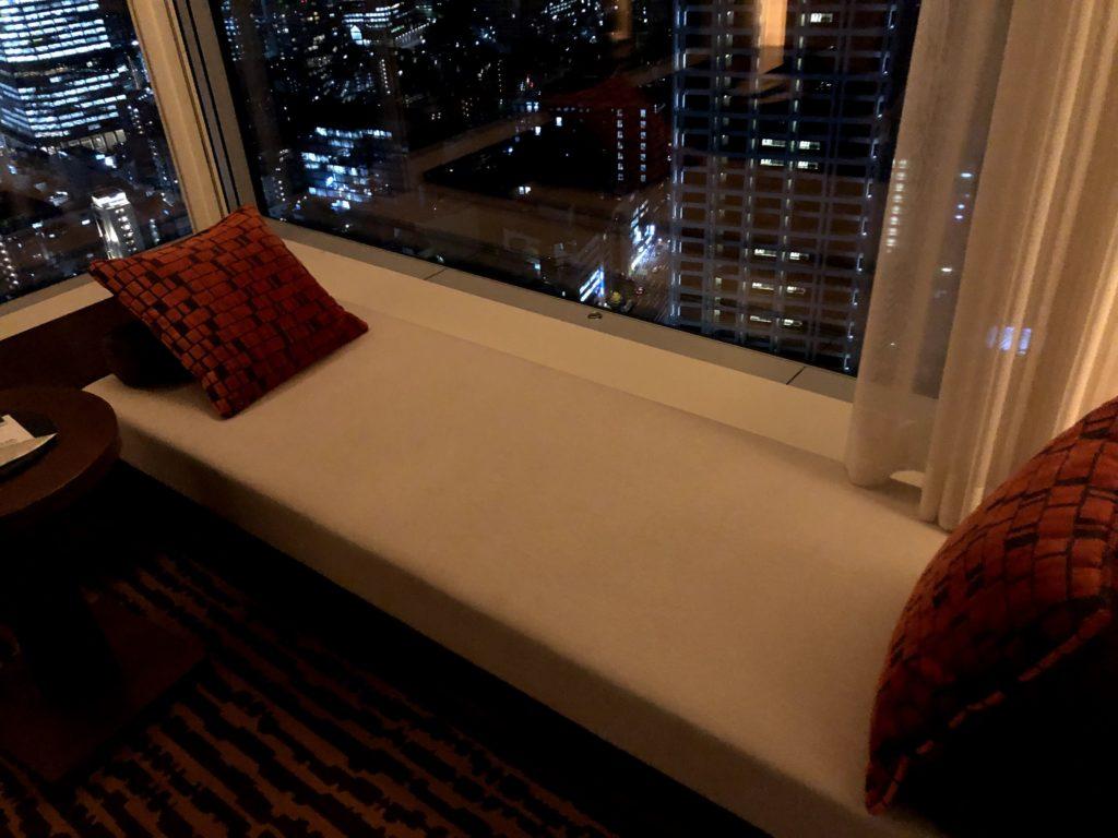 ベットの向かいにも横になれるソファー