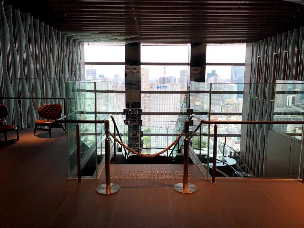 エレベーターから降りると、東京のビル群を一望できる景色