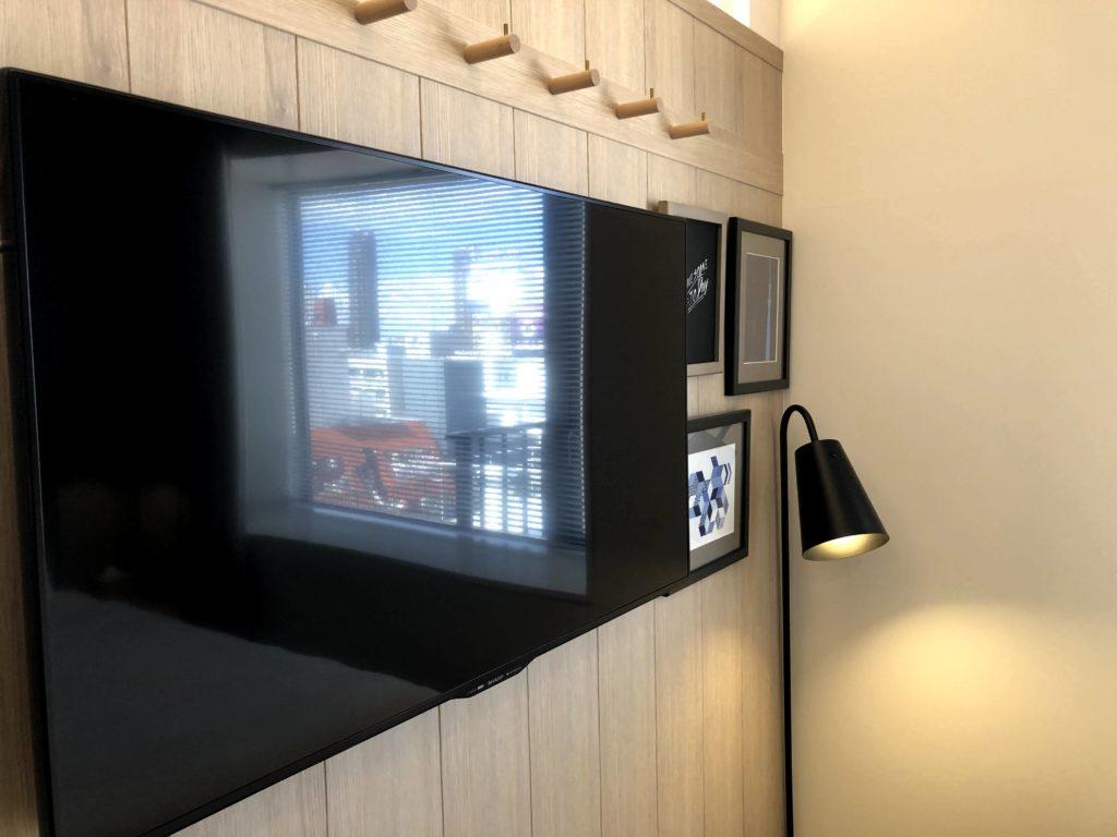 客室には大きいテレビがある