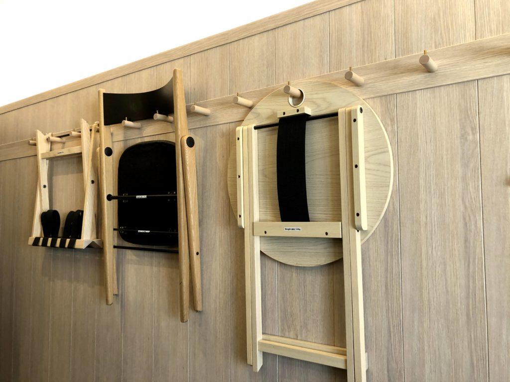 客室にあるイスやテーブルは木製