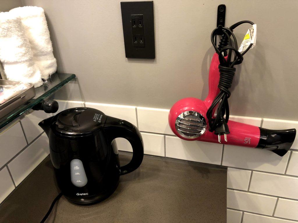 洗面台にはポットやドライイヤーがある