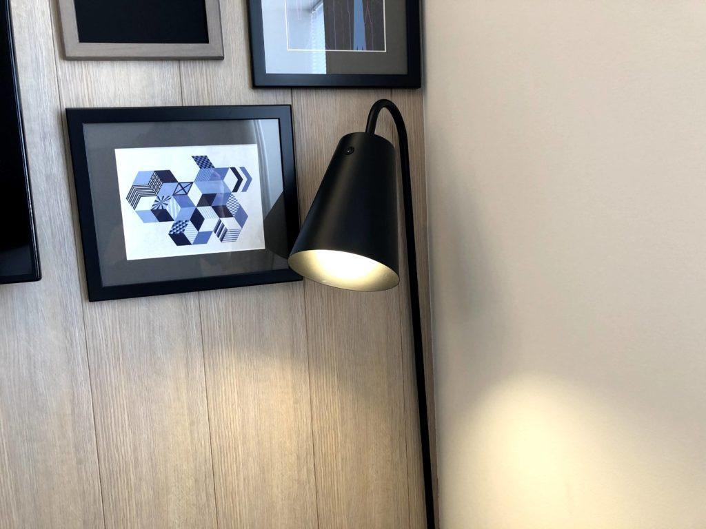 テレビの右側にはオシャレな絵とライト