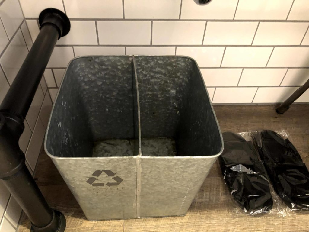 洗面台にあるゴミ箱もアルミ素材