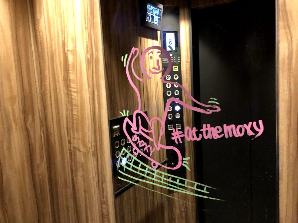 モクシー東京錦糸町のエレベーターの落書き