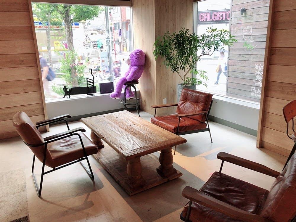 モクシー東京錦糸町には紫色の巨大なテディベアがいる