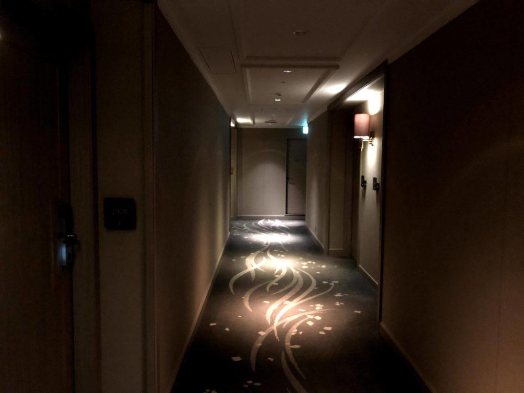 東京マリオットホテルの客室への通路は大人の雰囲気がある