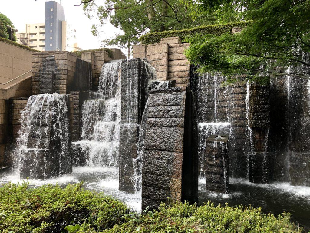 東京マリオットホテルの庭園には小さな滝がある