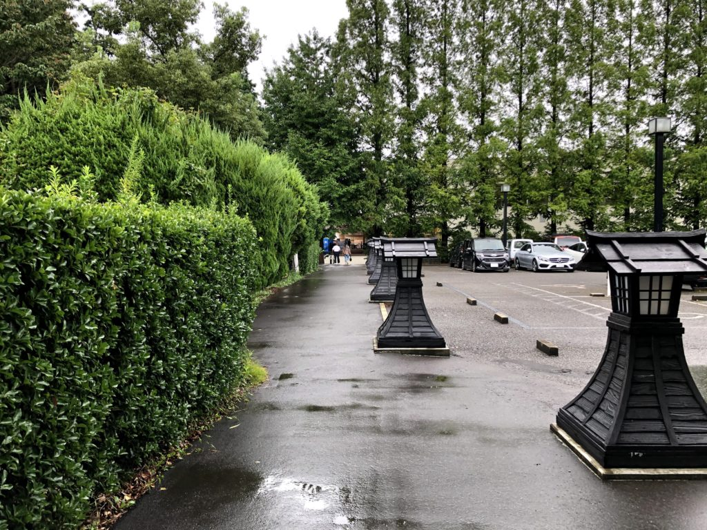 駐車場の横をまっすぐ進む