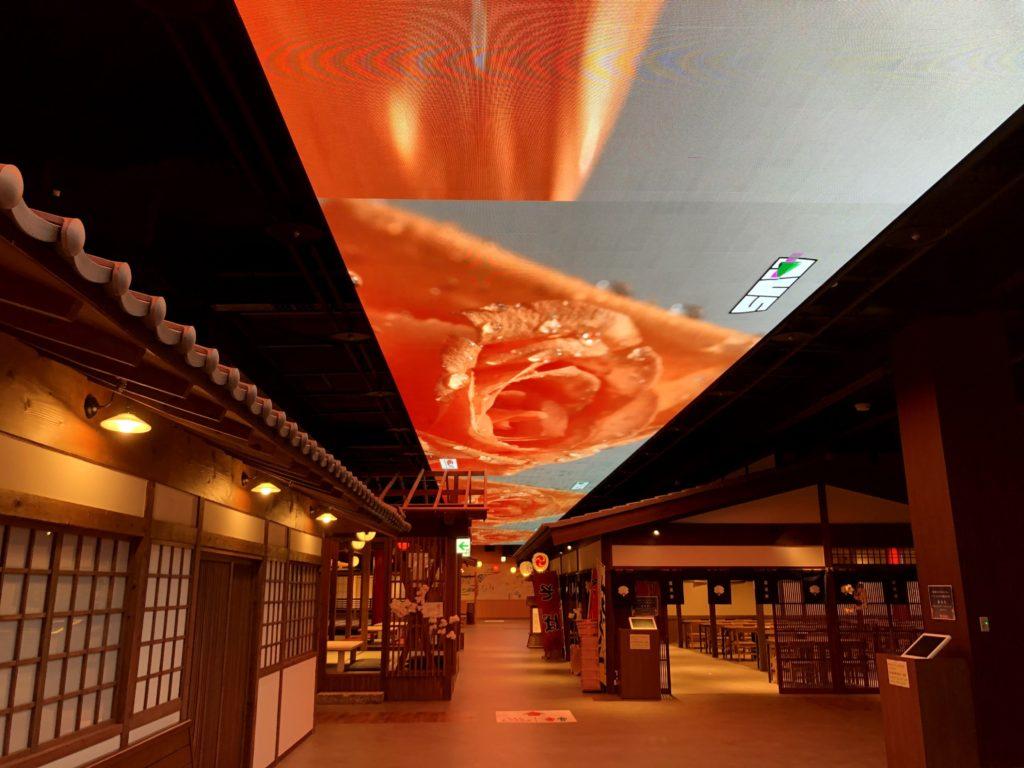 湯楽城の天井はスクリーンになってる