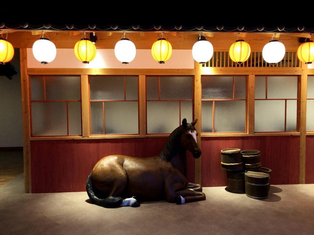 湯楽城には馬の像がある