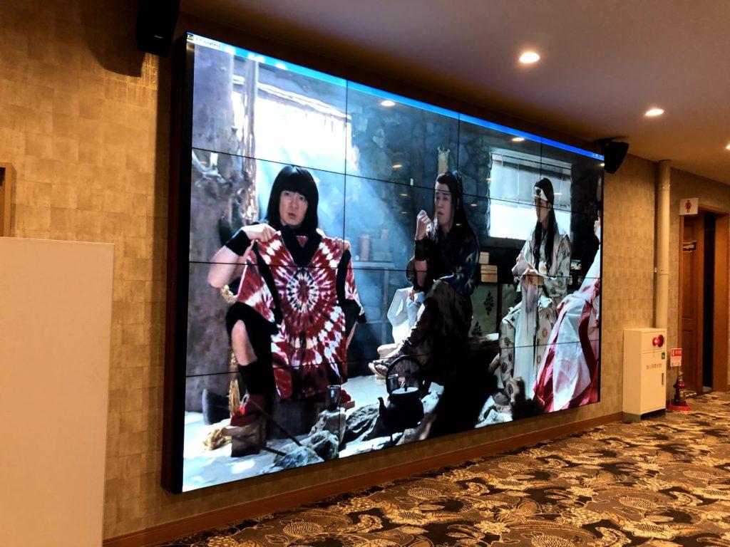 湯楽城にある大画面テレビ