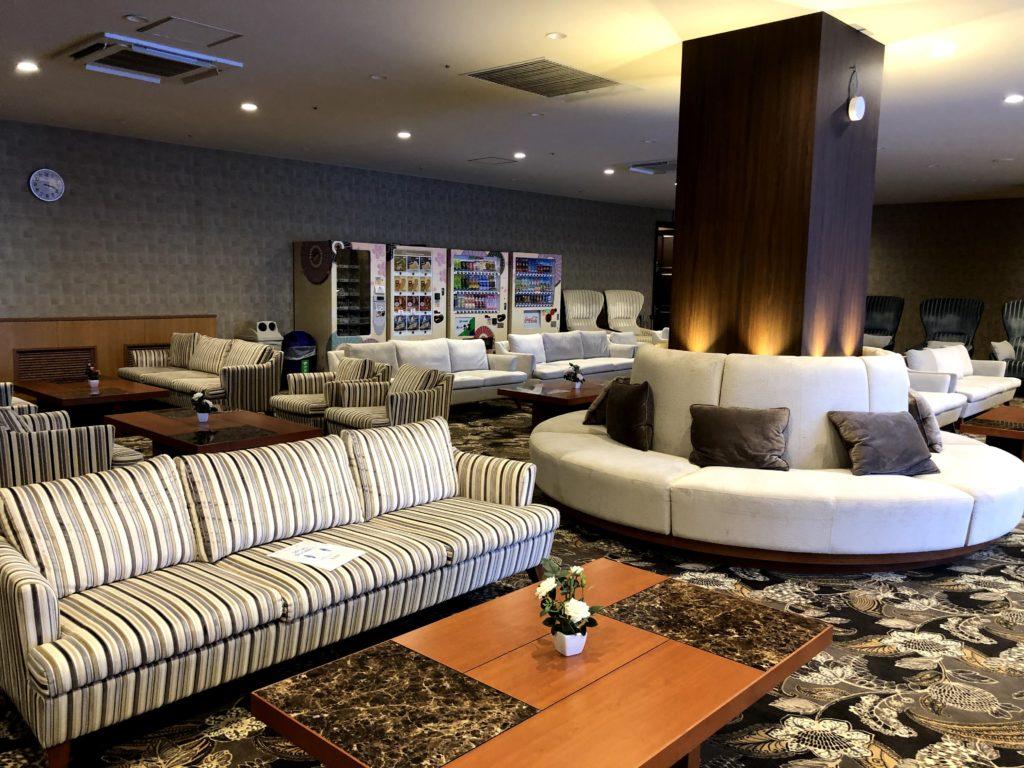 休憩処にはソファーがたくさんある