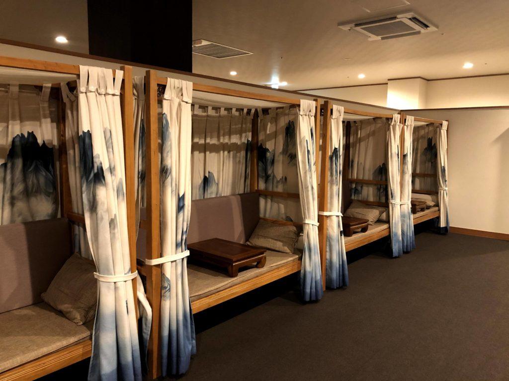 湯楽城にはカーテンで仕切れる休憩所もある