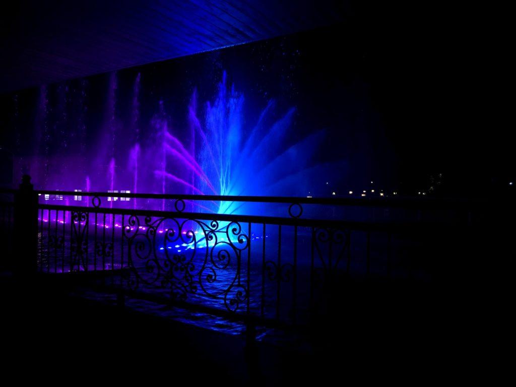 湯楽城の館内テラスからも噴水ショーを見れる