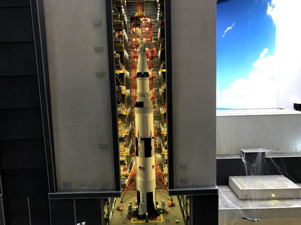 倉庫には大きなロケットが格納