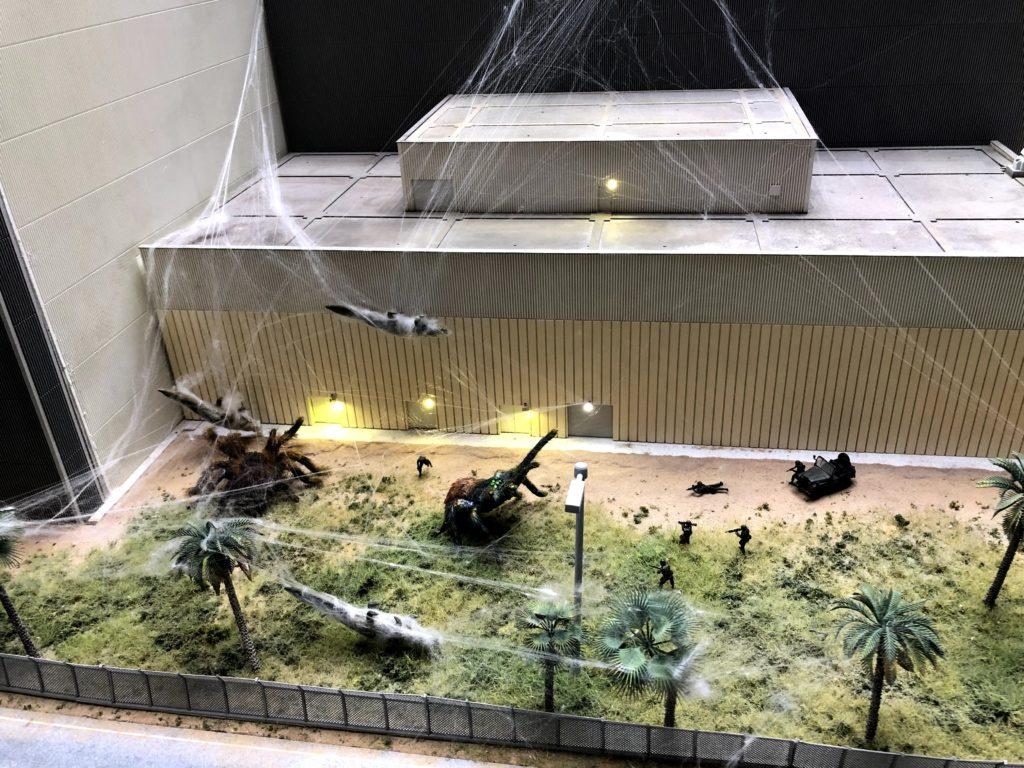 宇宙センターの周りには大きいクモがいる