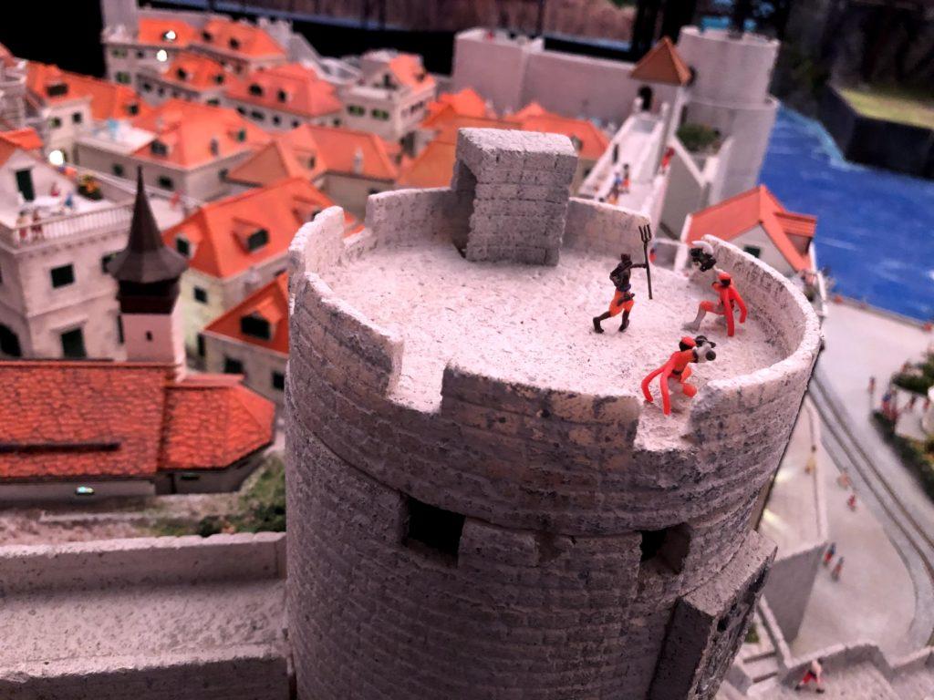 塔の上では戦いが繰り広げられてる