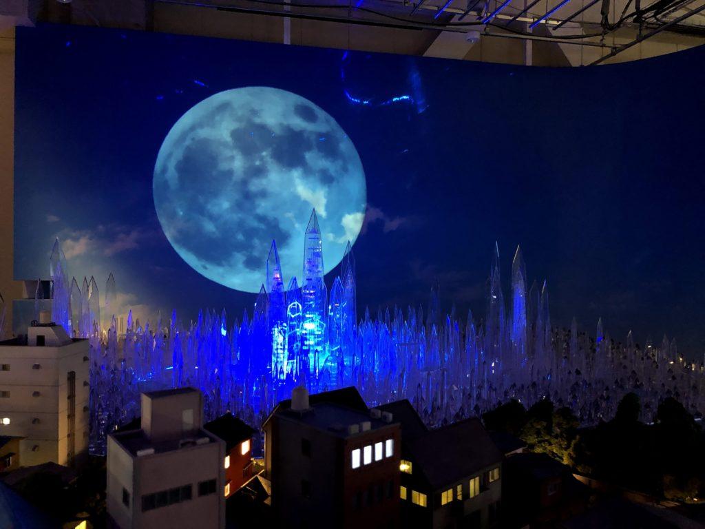 奥には巨大な月とクリスタル