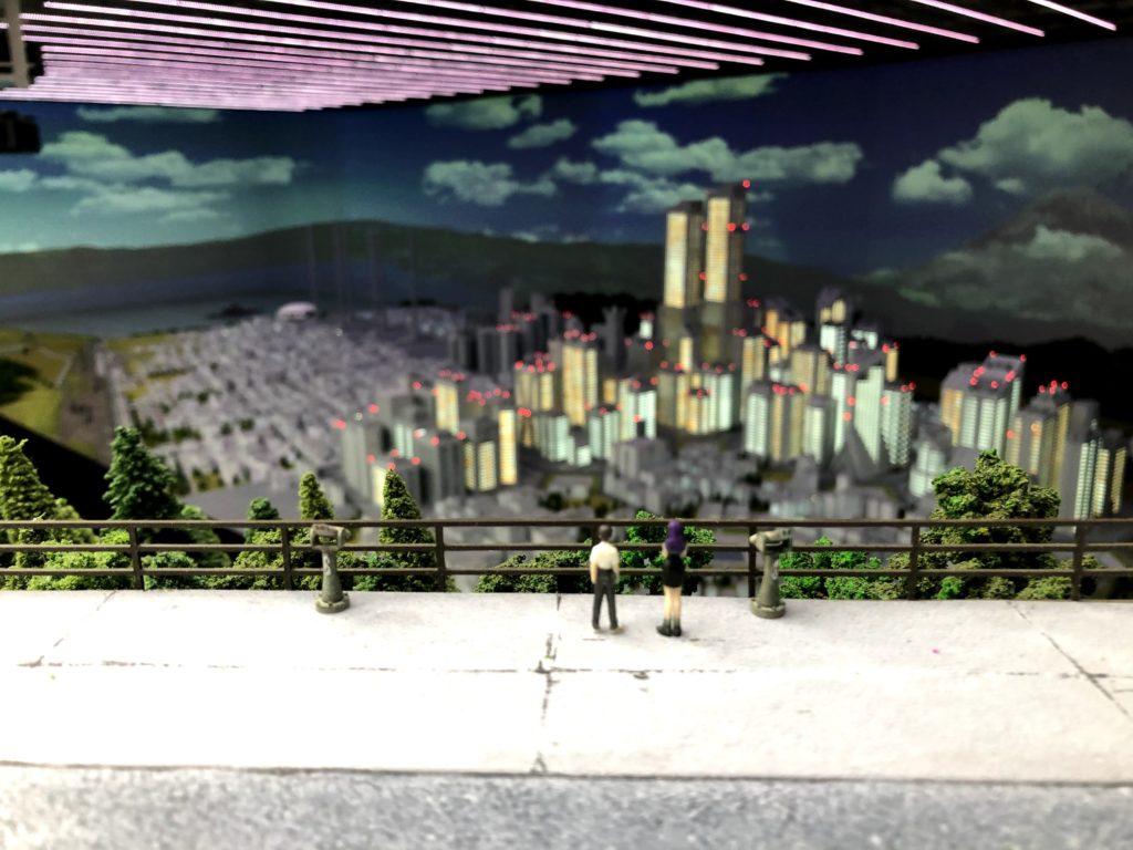 街を見てる碇シンジとミサトさん