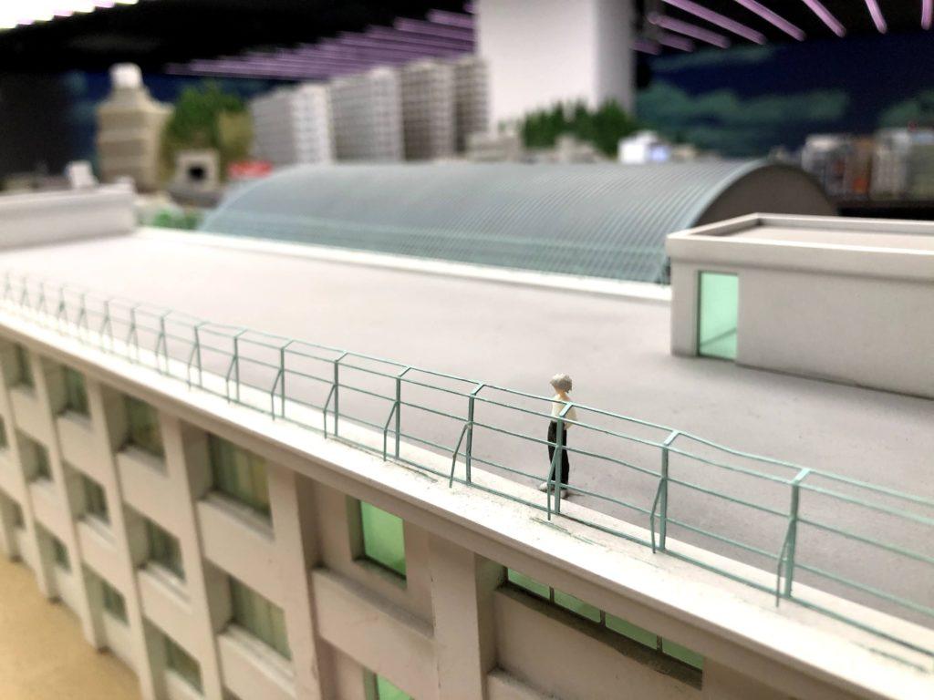 学校の屋上にいる渚カヲル