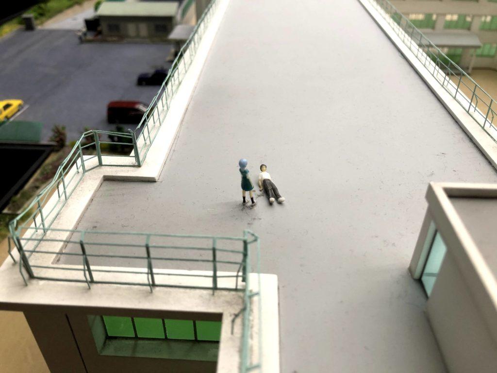 屋上にいる碇シンジと綾波レイ