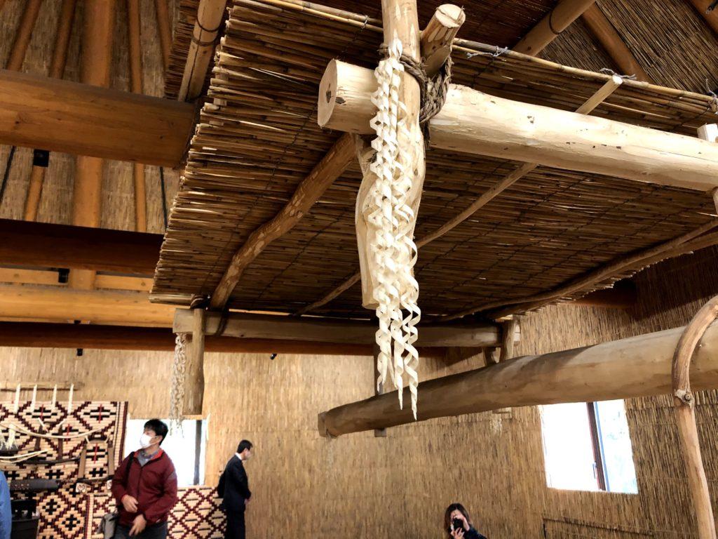 アイヌの伝統的な文化や道具が飾られてる