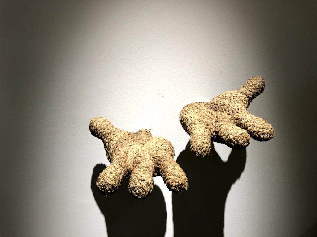 藁で作られたミッキーの手