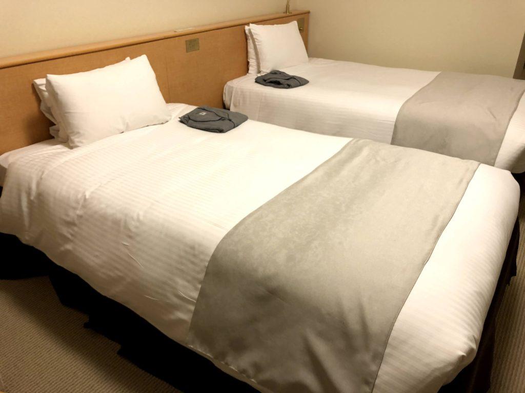 ベッドはふかふかでコンセントがある