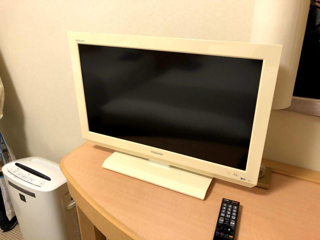 テレビは白色で少し古い
