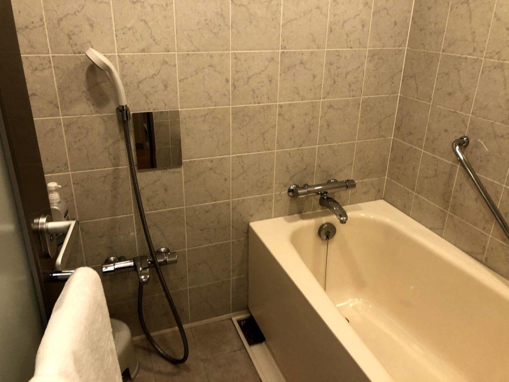 お風呂場はシャワーとバスタブが別になってる