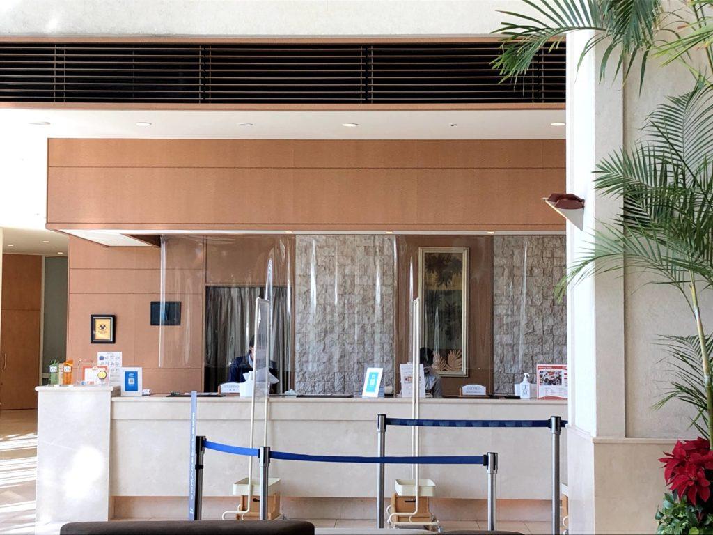 ホテルのフロントは透明なシートが貼ってある
