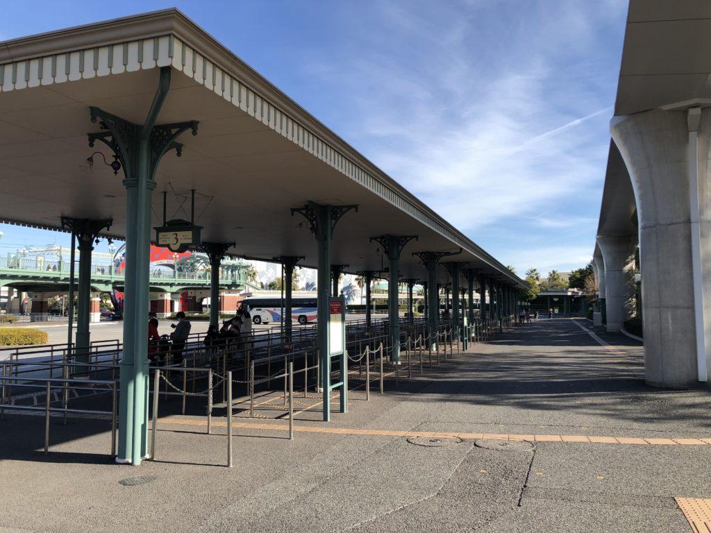 パーク入り口の左側にバス停