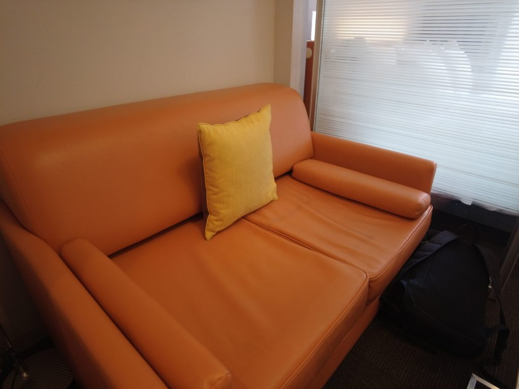 客室にはオレンジのソファー