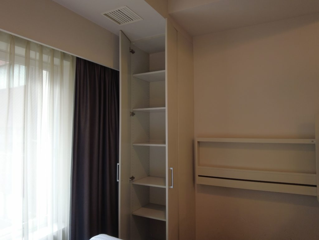 ベッド脇には長い棚がある