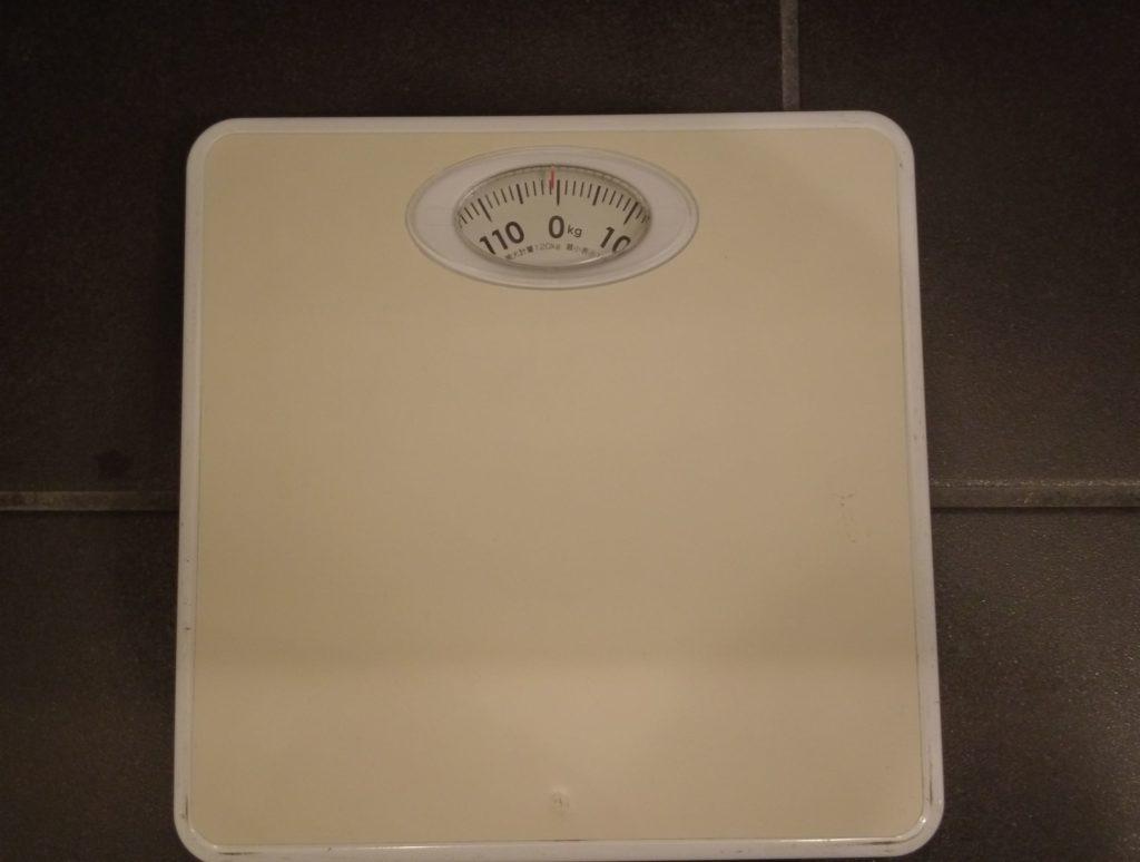 洗面台の下には体重計もある