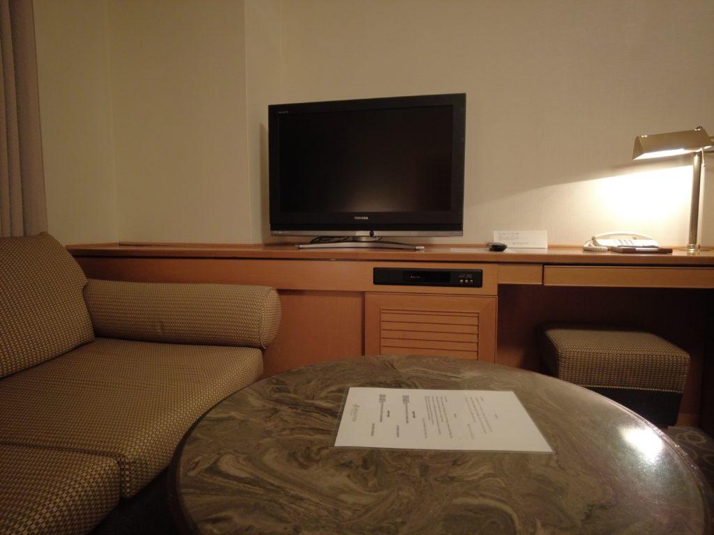 テレビは小さいがソファーの近くにある